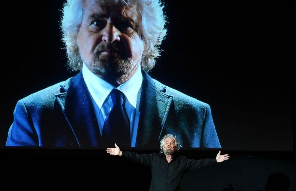 Beppe Grillo si scaglia contro Padoan dopo l'approvazione del dl banche.