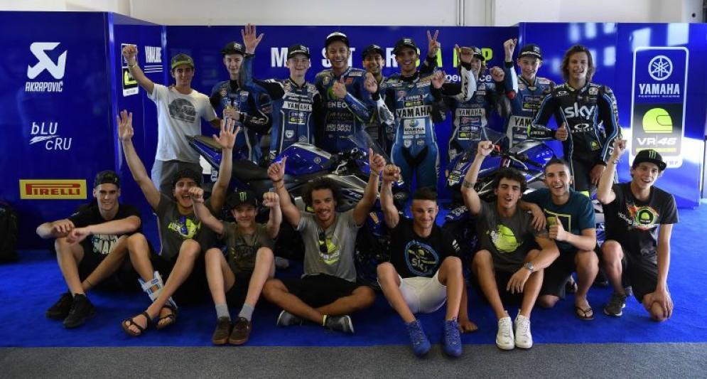 Foto di gruppo degli allievi del Master Camp con i piloti della Vr46 Academy e Valentino Rossi