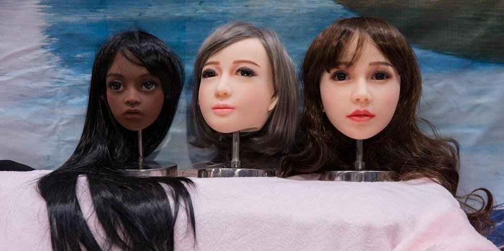 Bambole del sesso, o sex dolls, realistiche a un expo