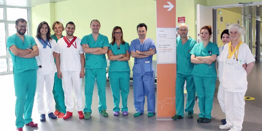 Operazioni su eliminazione di varicosity su una gamba in