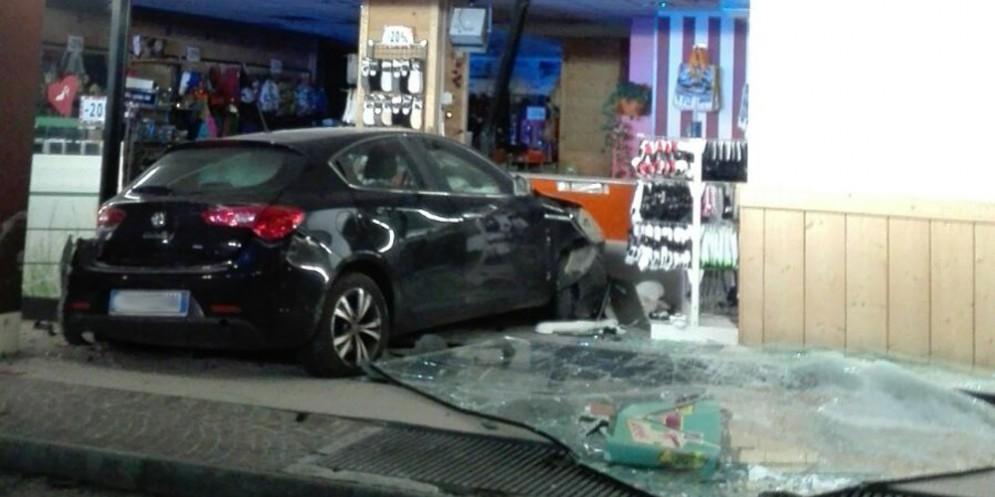 Nella notte: auto sfonda la vetrina di Pittarello