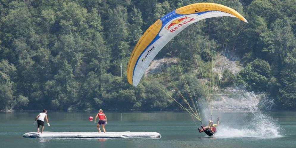 La Coppa del mondo di volo acrobatico in parapendio sul lago dei Tre Comuni