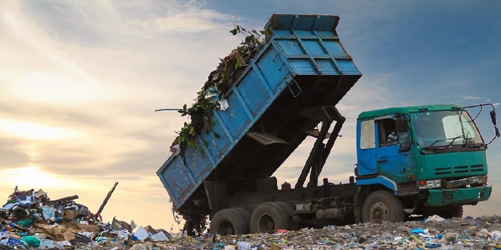 Un autoarticolato mentre scarica i rifiuti