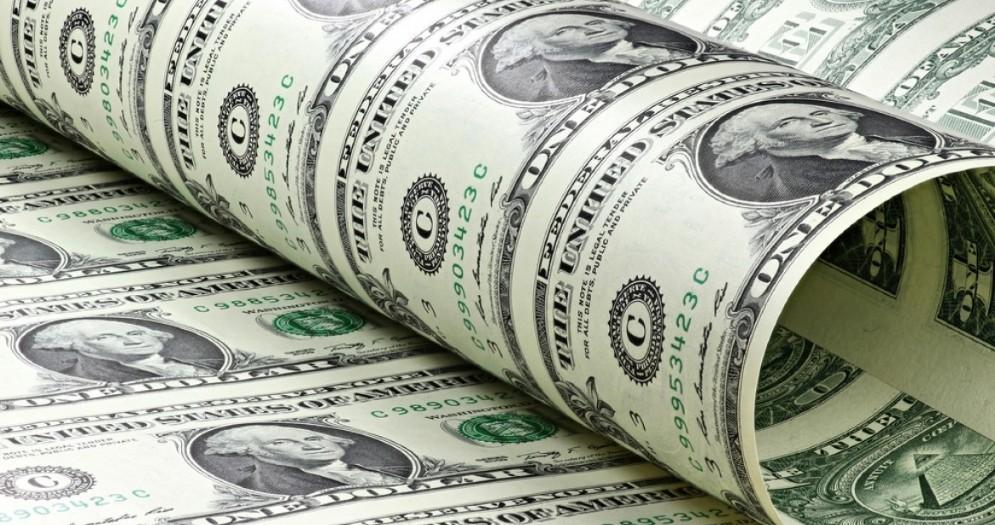 Fed divisa sul futuro dell'inflazione, dollaro debole