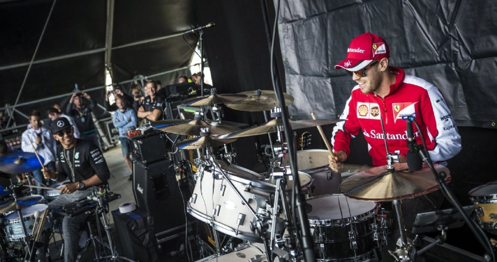 Lewis Hamilton e Sebastian Vettel si sfidano alla batteria