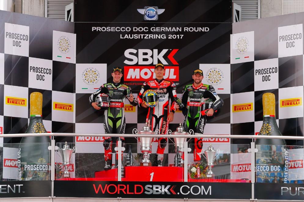 Il podio di gara-1 in Germania: Davies, Rea e Sykes