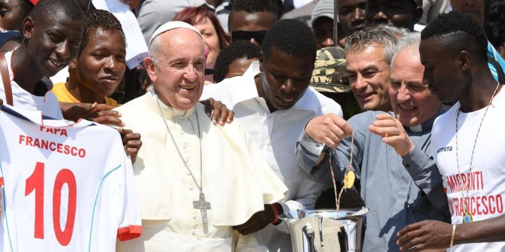 Papa Francesco in mezzo a un gruppo di rifugiati