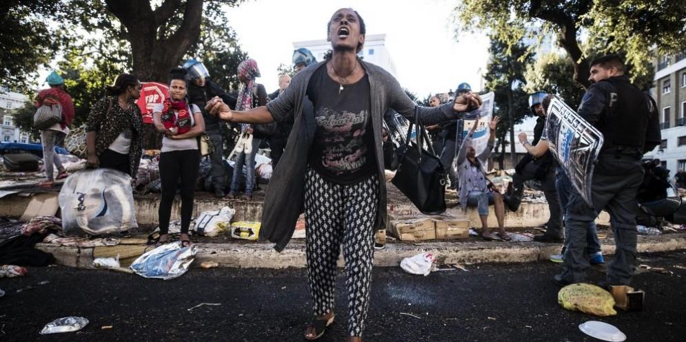 Una donna eritrea disperata dopo l'ennesimo sgombero