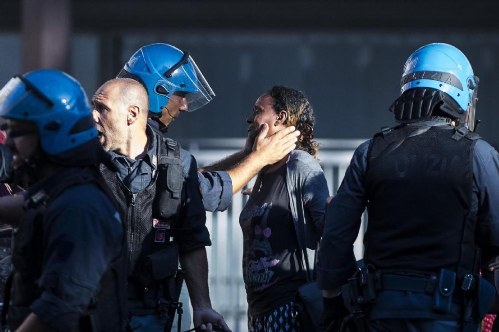 Il gesto di umanità del poliziotto ha commosso il web