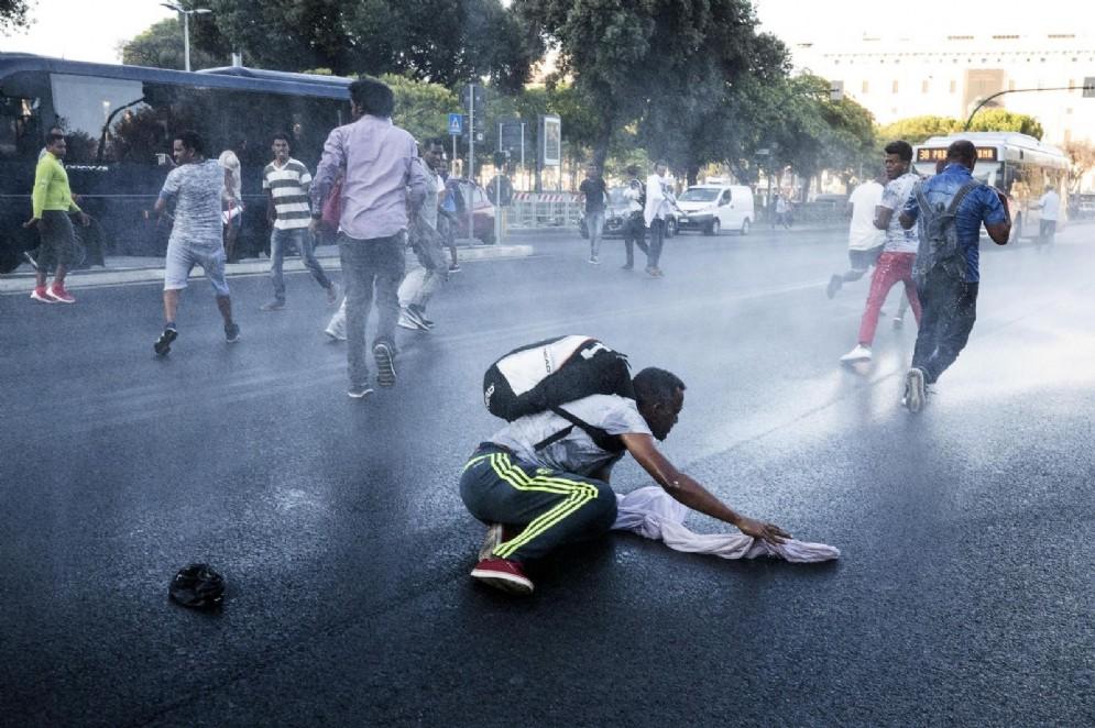 La polizia ha detto di aver usato gli idranti in risposta al lancio di bombole a gas da parte di alcuni rifugiati