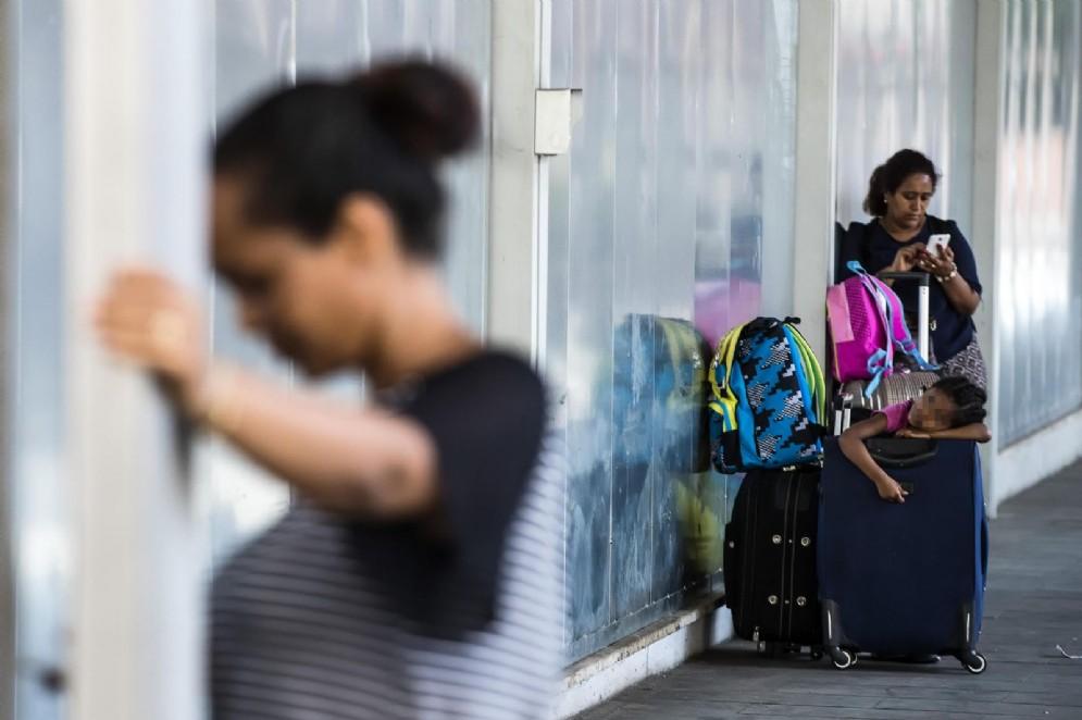Donne e bambini stanchi e disperati