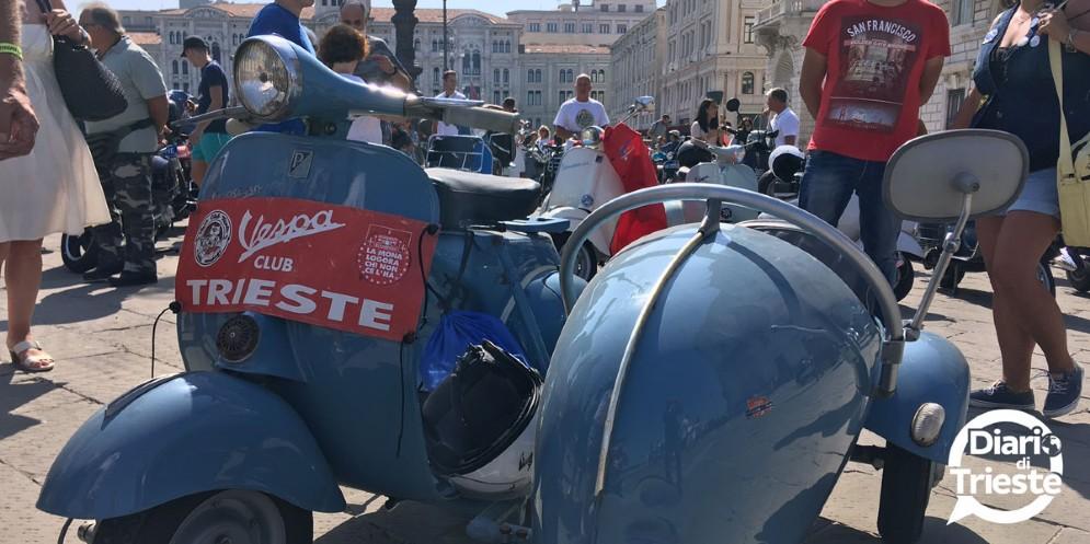 Centinaia di Vespa sfilano per le vie di Trieste (© Diario di Trieste)