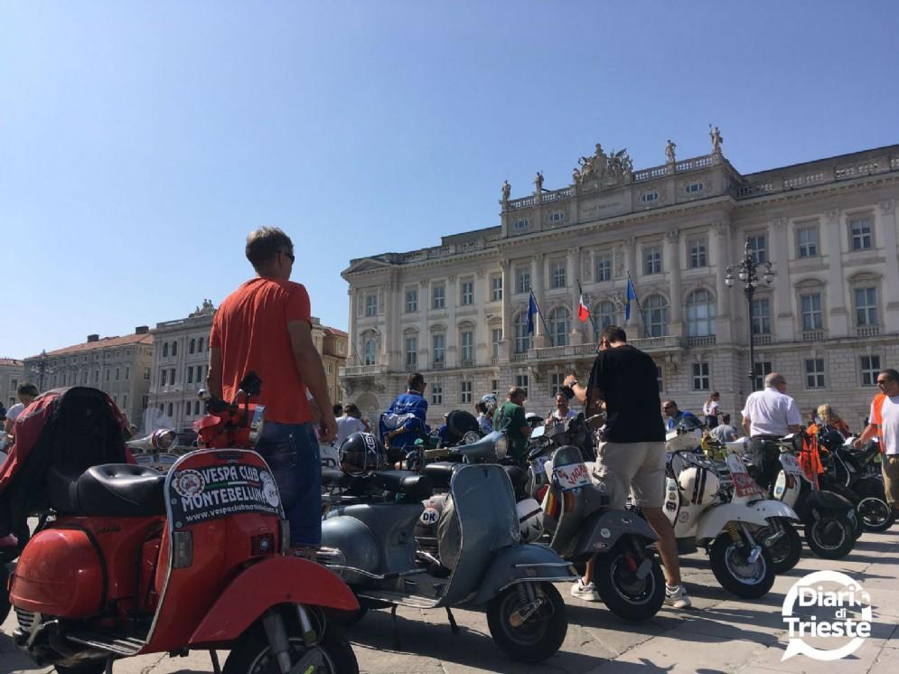 Centinaia di Vespa sfilano per le vie di Trieste