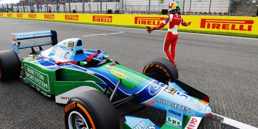 Mick Schumacher con la Benetton di papà Michael sul rettilineo di Spa