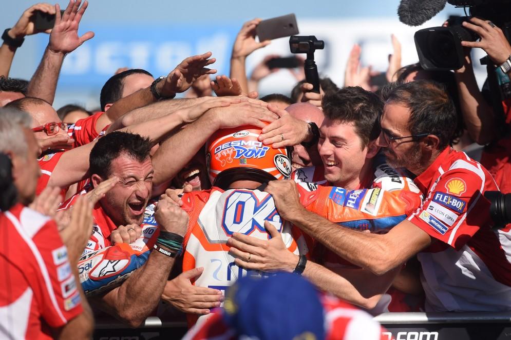 Desmodovi abbraccia il team Ducati dopo la vittoria