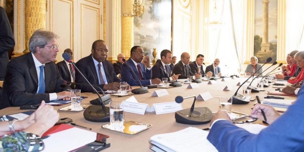 Il premier Paolo Gentiloni al summit di Parigi