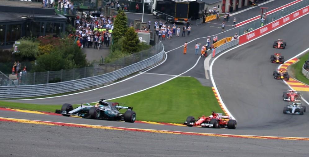 La Ferrari di Sebastian Vettel insegue la Mercedes di Lewis Hamilton a Spa