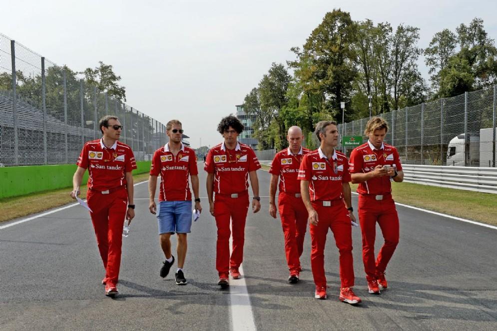 Vettel passeggia con il suo team per il circuito brianzolo