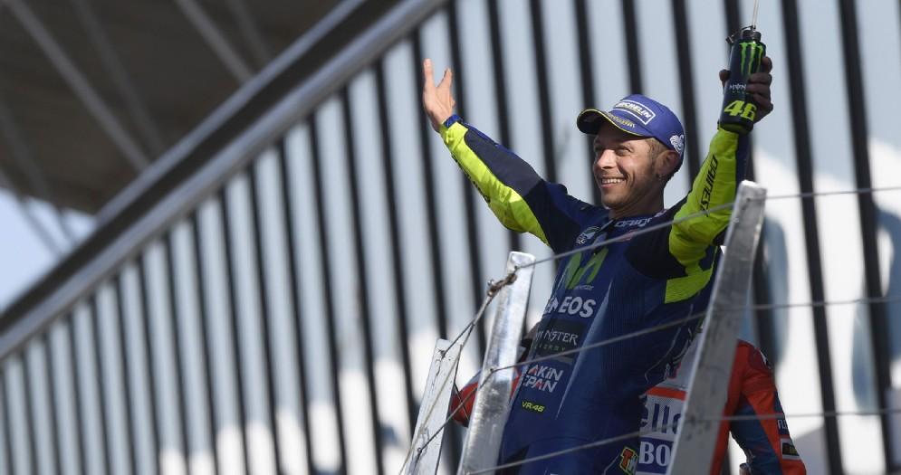 Valentino Rossi sul podio dell'ultima gara a Silverstone