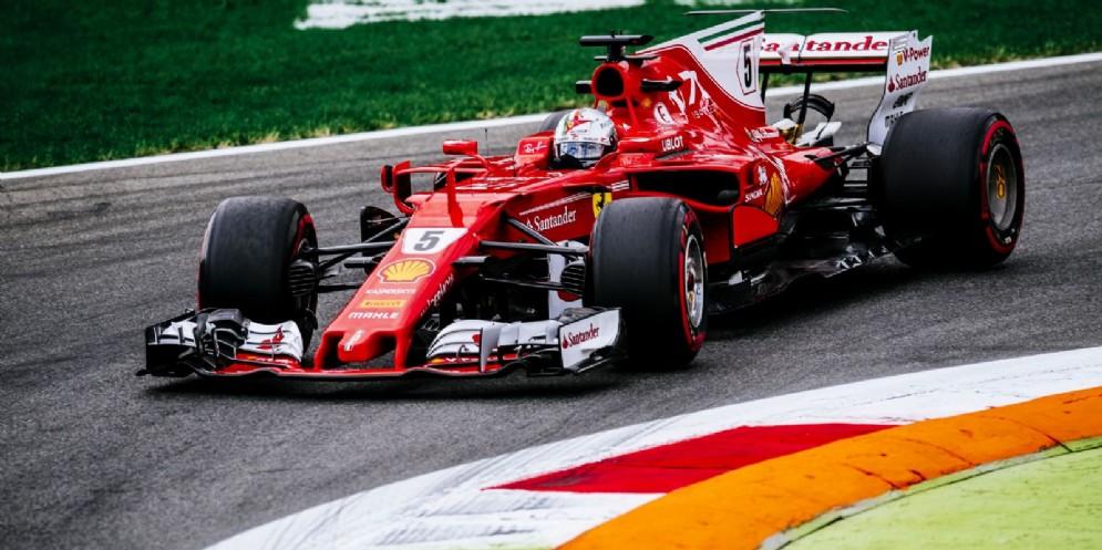 Sebastian Vettel in azione durante le prove libere a Monza