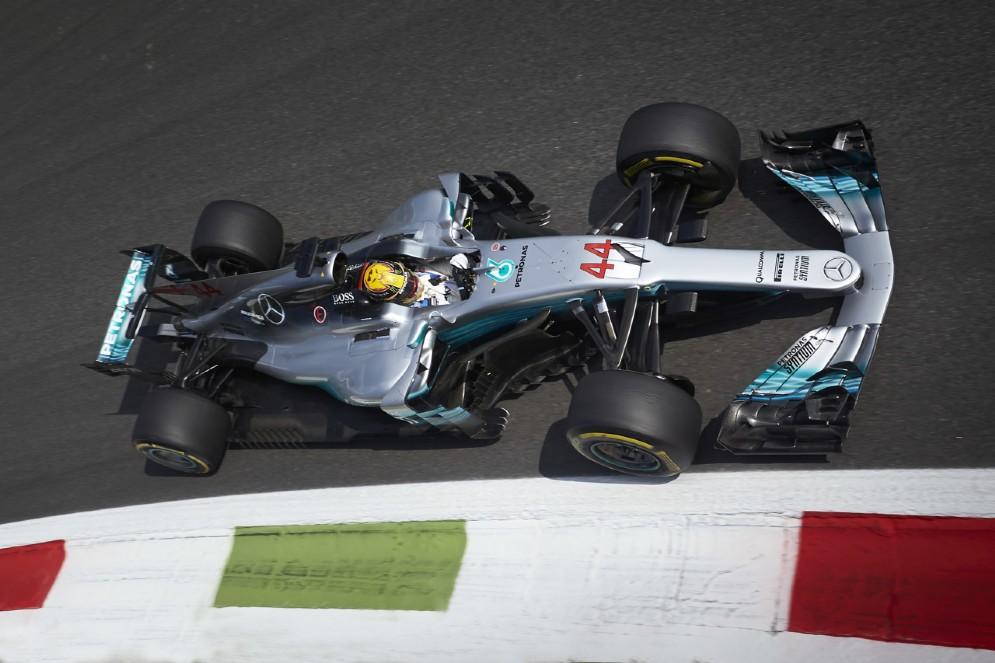 Lewis Hamilton in pista con la sua Mercedes durante le prove libere del GP d'Italia