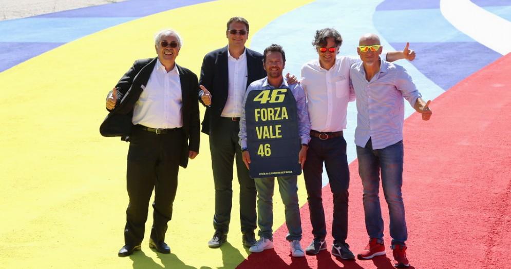 I promotori del Gran Premio con il cartello Forza Vale