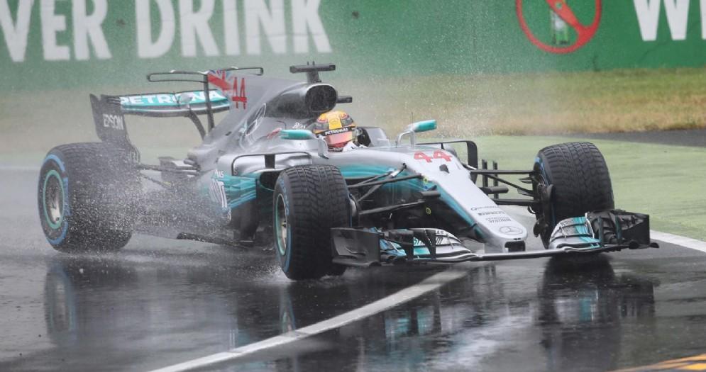 Lewis Hamilton conduce la sua Mercedes alla pole sulla pista bagnata di Monza