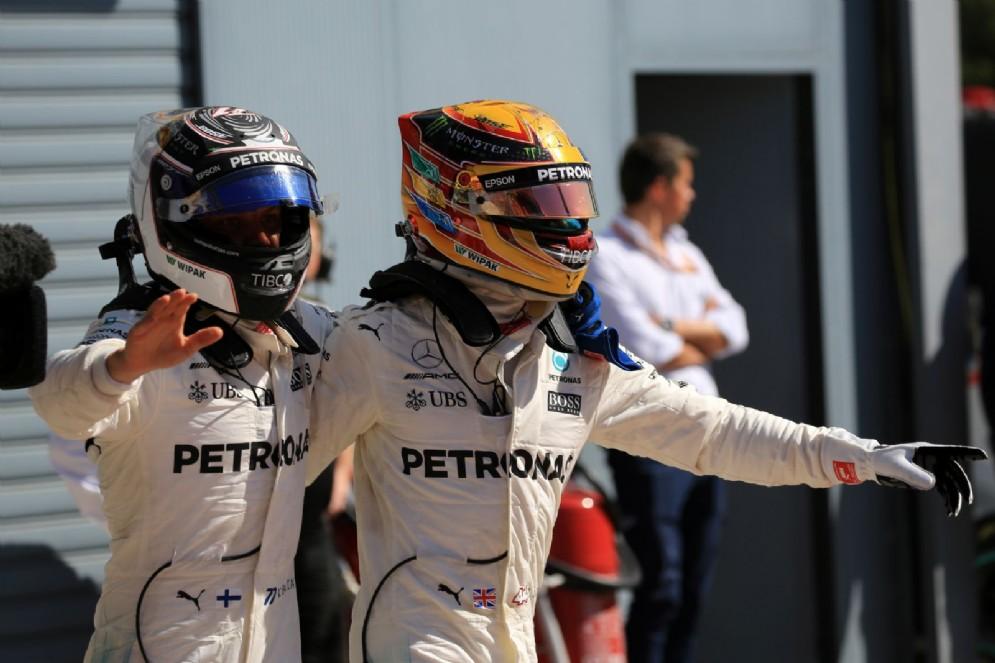 Hamilton e Bottas si abbracciano dopo la doppietta