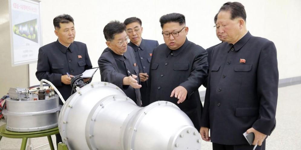Il dittatore nordcoreano Kim Jong-Un circondato da suoi collaboratori