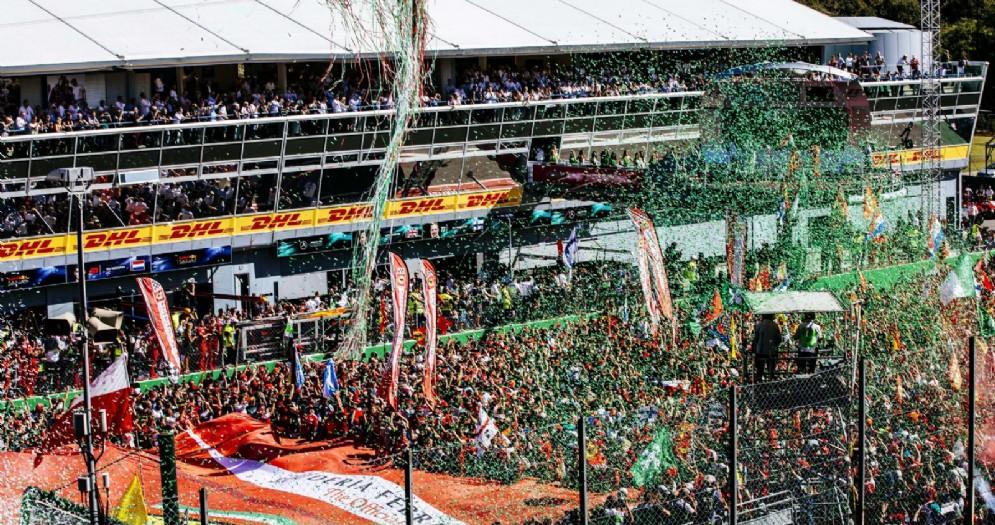 L'invasione di pista dei tifosi al termine del Gran Premio di Monza