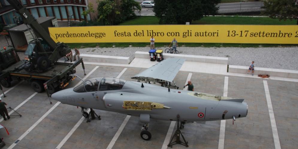 Fasi di assemblamento aereo in piazzetta Calderari a Pordenone