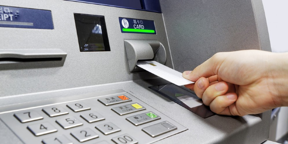 Ruba il bancomat a una ragazza e fa prelievi per 3mila euro: nei guai un 39enne