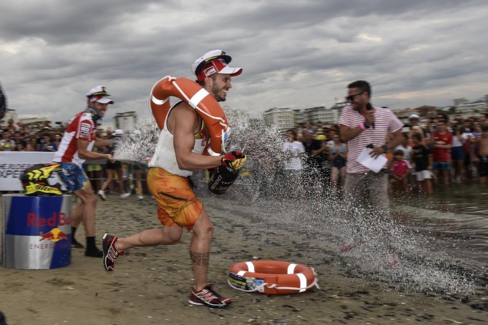Dovizioso festeggia la vittoria nella gara delle moto d'acqua