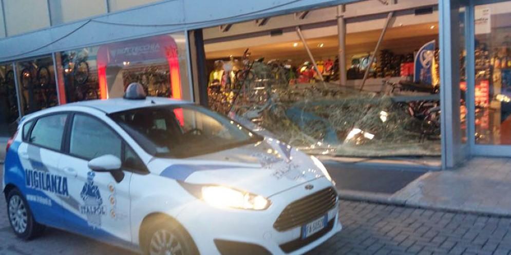 Spaccata alQuality bicycle di via Nazionale: 50 mila euro di danni