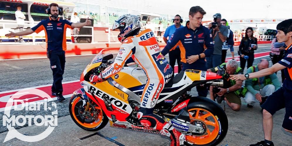 Marc Marquez esce dal box in sella alla sua Honda a Misano