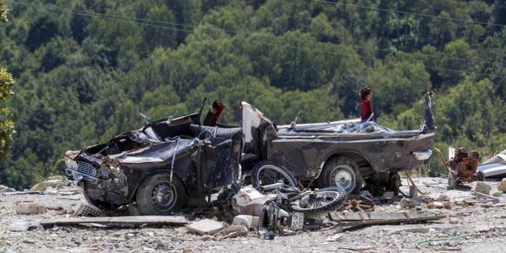 Un carro funebre schiacciato dalle macerie a Pescara del Tronto