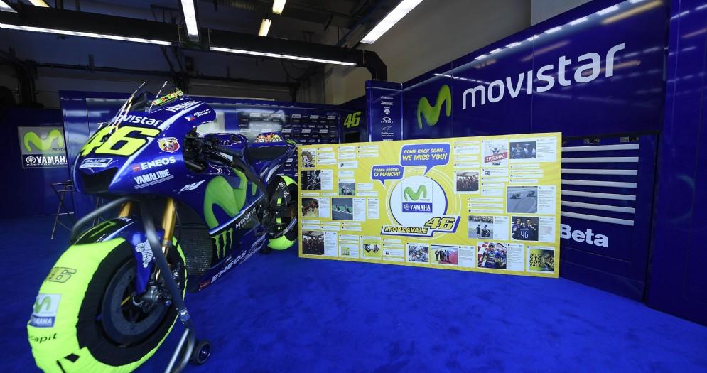 La moto orfana di Valentino Rossi nel box di Misano con il messaggio di auguri del team