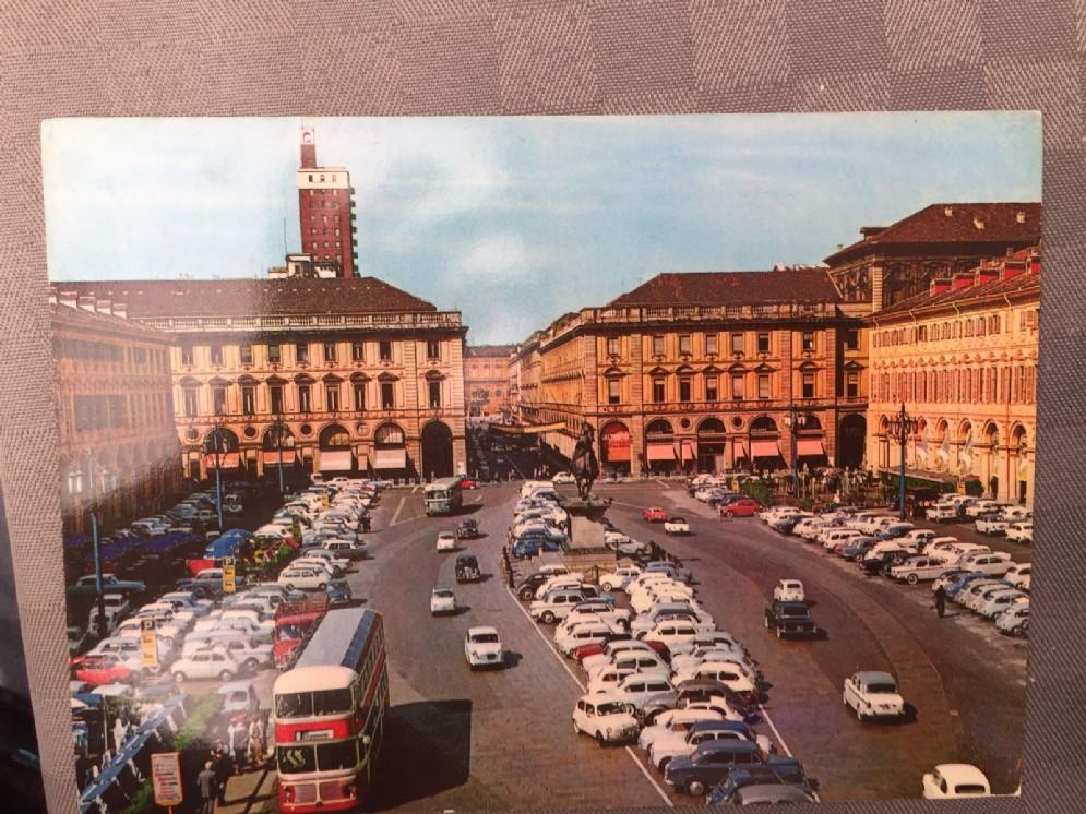 """Piazza San Carlo """"invasa"""" dalle auto"""