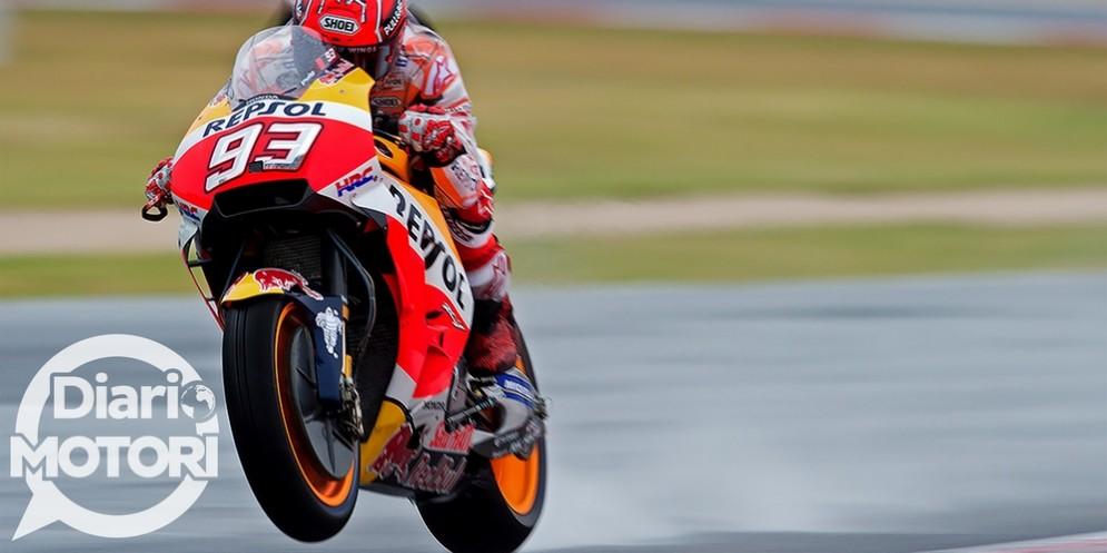 Marc Marquez in sella alla sua Honda sulla pista bagnata di Misano
