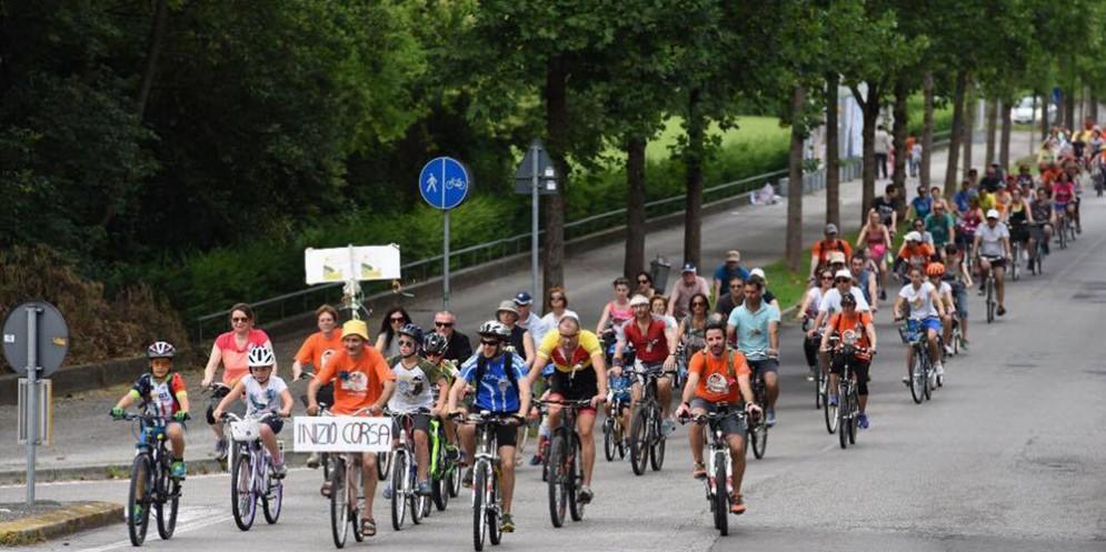 Parcoarcobaleno in bicicletta per il sogno di un nuovo pulmino