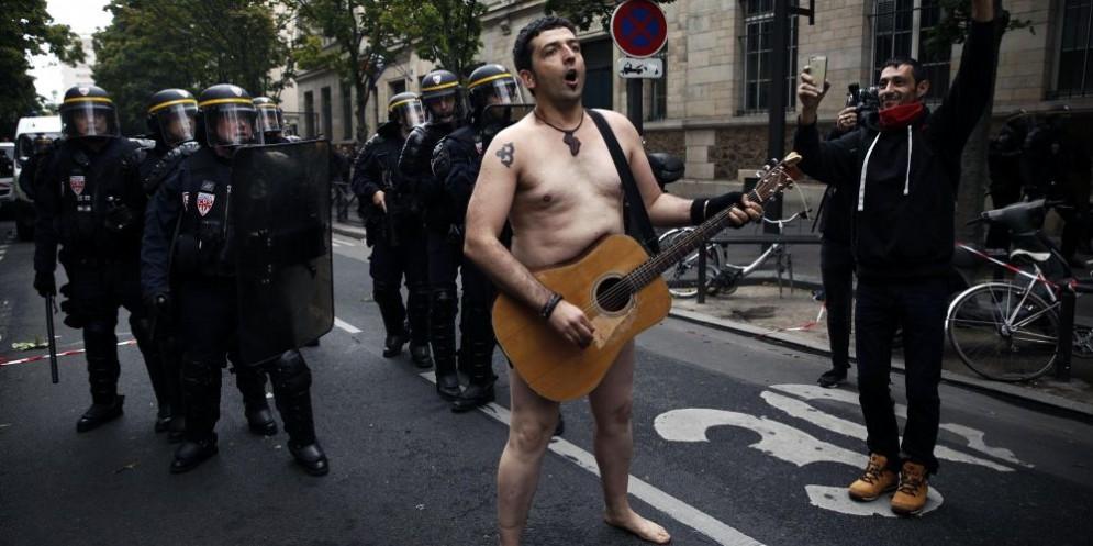Un'immagine delle proteste contro la riforma del lavoro di Macron