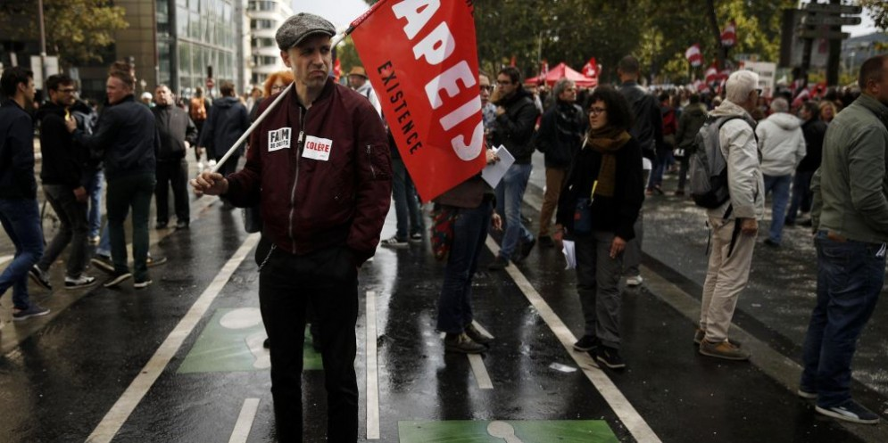 """Un manifestante con la bandiera """"Resistance and Existence"""""""