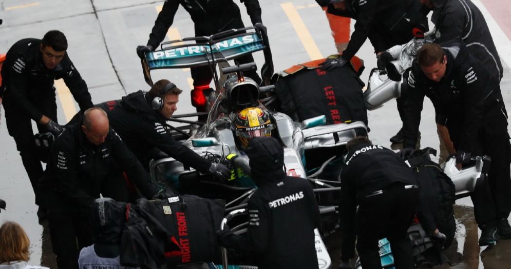 Lewis Hamilton ai box della Mercedes