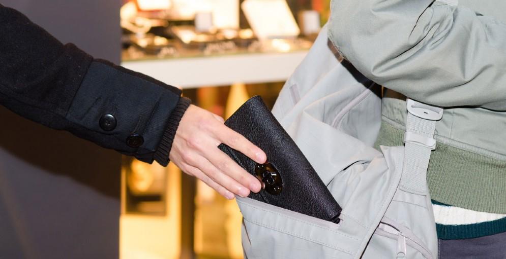 Risultati immagini per carabinieri borseggiatore