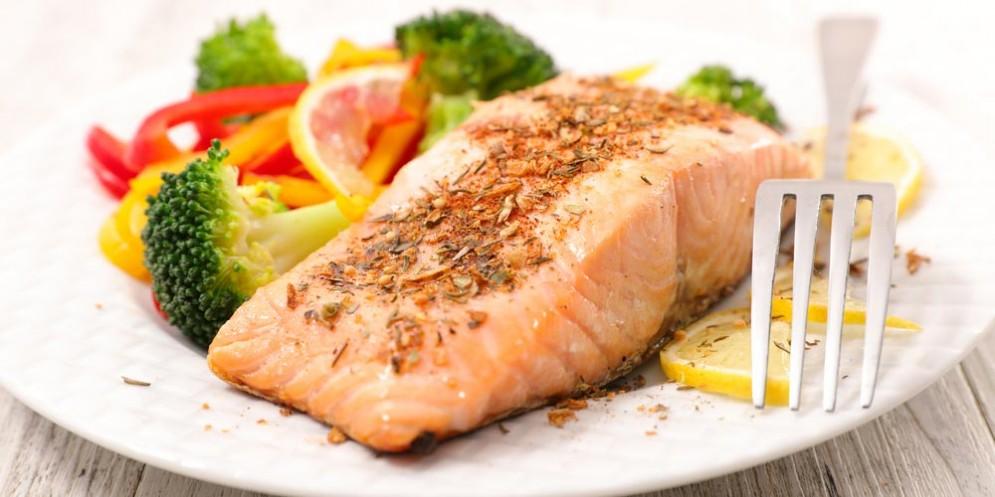 Cibi ricchi di omega 3 come il salmone fanno bene a intestino e microbioma
