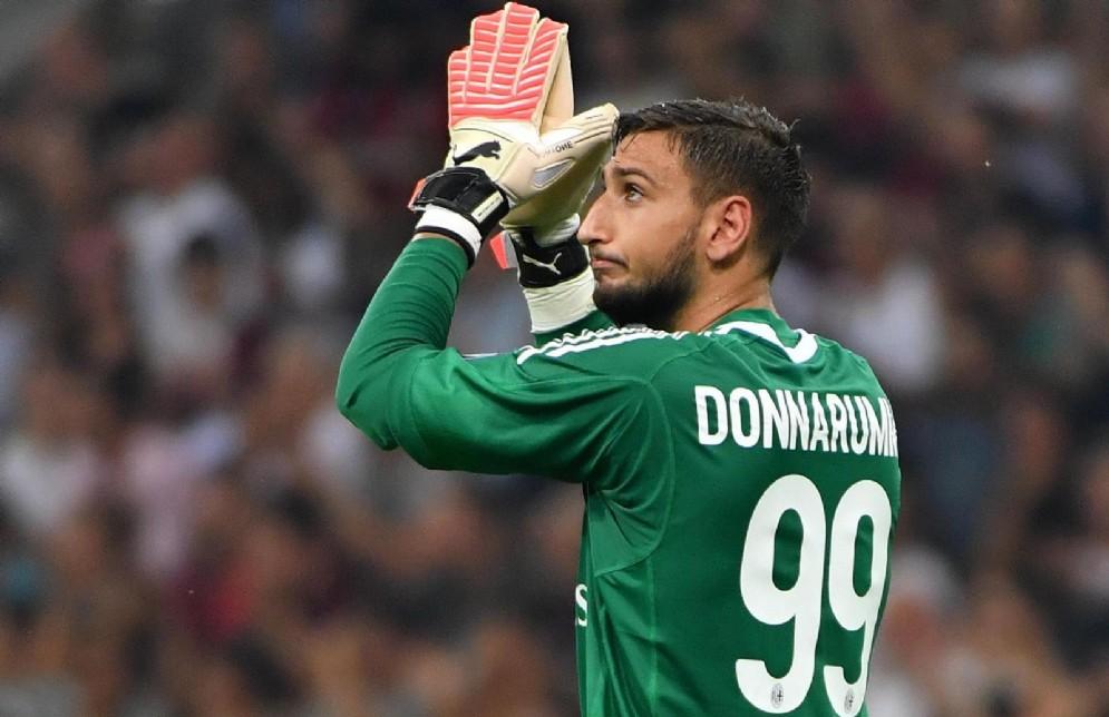 Gigio Donnarumma saluta i tifosi rossoneri
