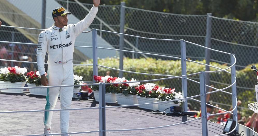 Lewis Hamilton sul podio dell'ultimo GP a Monza