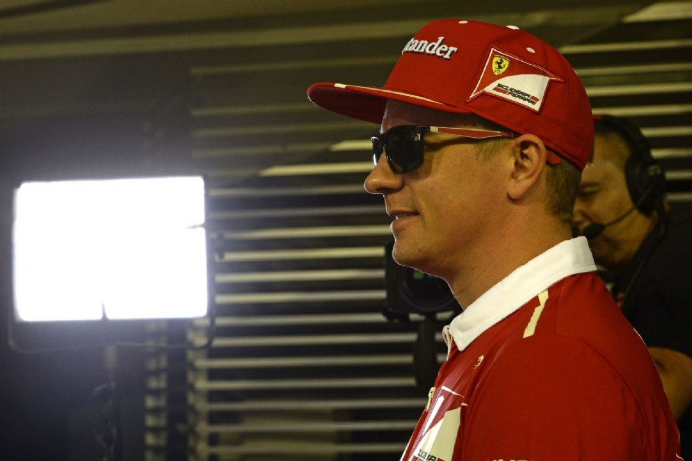 Kimi Raikkonen sotto i riflettori nel paddock di Marina Bay