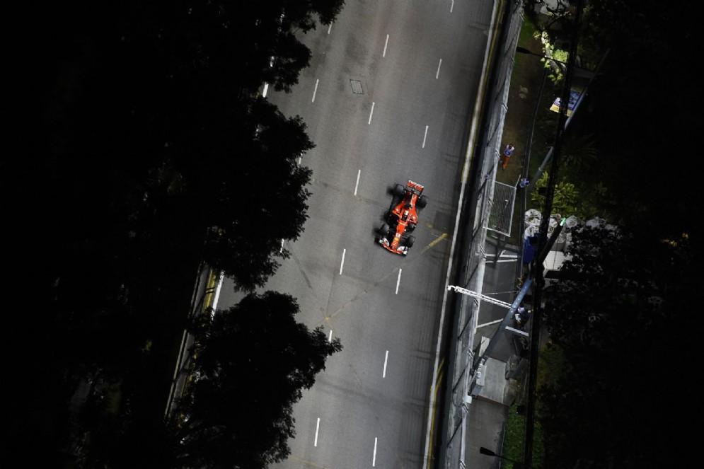 Vettel in azione sulla pista di Marina Bay