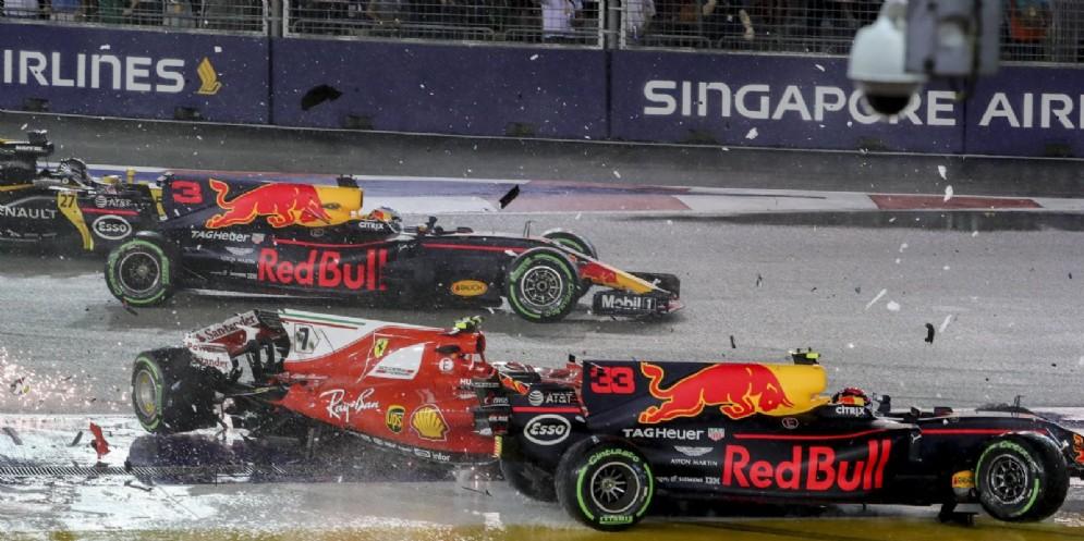 L'impatto al via tra Max Verstappen e Kimi Raikkonen